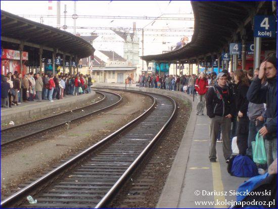 Brno hlavní nádraží - peron w piątek około 15:00