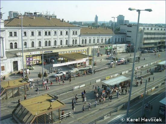 Brno hlavní nádraží - widok na przystanki tramwajowe przed dworcem