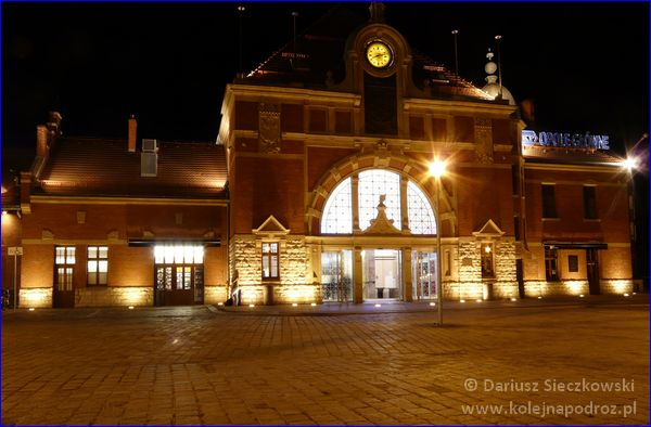 Opole Główne - budynek wejściowy nocą